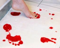 Tapis de douche ensanglanté